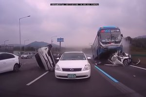 A terrible accident in South Korea: a bus turned three cars into mush