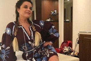Наташа Королева в ярком платье блеснула пышным бюстом