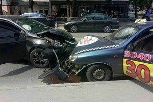 В Харькове столкнулись такси и иномарка: есть пострадавшие