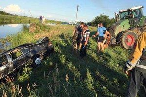 Автомобиль утонул вместе с водителем на Закарпатье
