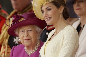 Королева Испании в роскошном наряде с открытыми плечами посетила прием в Букингемском дворце