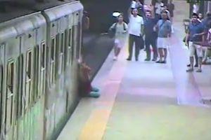 Видеошок: в Риме женщину зажало в поезде метро и протащило по станции