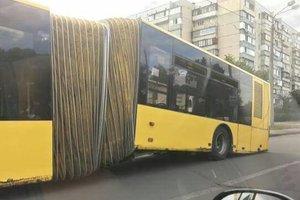 В Киеве на ходу развалился автобус