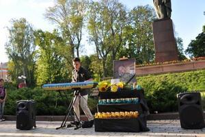 Сын убитого в центре Киева военного сыграл концерт в его память