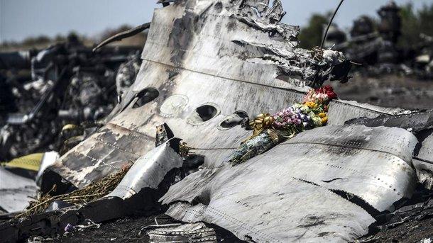 Родные погибших на рейсе MH17 пришли в годовщину трагедии к посольству РФ в Гааге (фото)