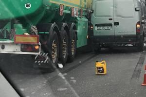 В Киеве микроавтобус столкнулся с бензовозом