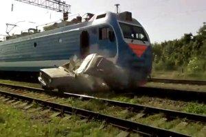В России пассажирский поезд сбил застрявший на рельсах автомобиль