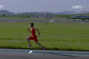 Китайский легкоатлет обогнал истребитель на стометровке