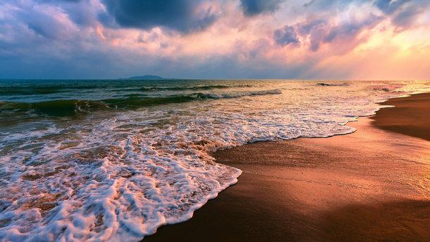 Один из самых популярных летних видов отдыха - поездка на море. Фото: из открытых источников