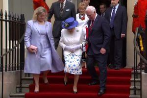 Генерал-губернатор Канады нарушил протокол, взяв королеву Елизавету II за локоть (видео)