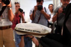 Недешевый аксессуар: сумка Нила Армстронга с лунной пылью продана за $1,8 млн