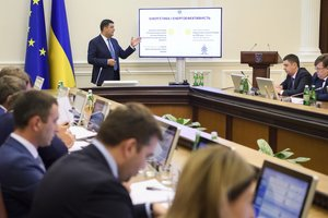 Кабмин отчитался за полгода работы: зарплата украинцев выросла почти на 20%