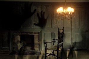 Жуткое видео: по старинному особняку бродит призрак погибшей горничной