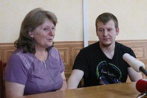Как мать Агеева встретилась с задержанным сыном: обнародовано видео