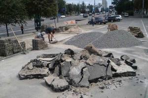В центре Киева провалился асфальт на парковке возле ТРЦ