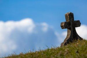 Четверть россиян рассказали об отложенных на похороны деньгах