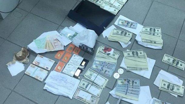Чиновник «забыл» задекларировать неменее $230 тыс. и7 слитков золота
