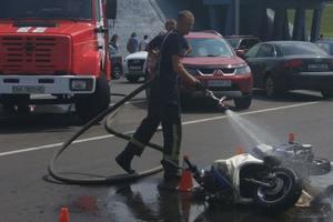 В Киеве скутерист без шлема попал в аварию из-за пешехода