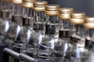 Наступление на теневой алкоголь: в ГФС рассказали о результатах десятков обысков на спиртзаводах