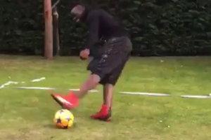 Знаменитый футболист во время тренировки на координацию не смог попасть по мячу