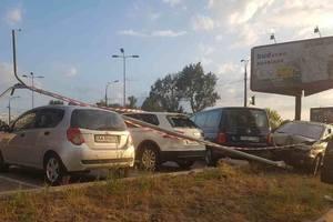 В Киеве у торгового центра водитель протаранил столб, который разбил еще два авто