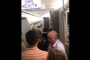 """Видеошок: пассажирам самолета """"Анталья - Москва"""" устроили на борту 45-градусную """"баню"""""""
