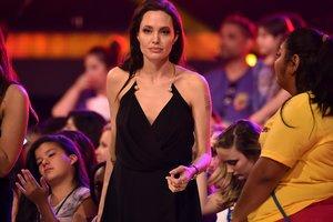 Красная помада и смелое декольте: Анджелина Джоли восхитила эффектным образом на обложке глянца