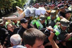Сторонники Саакашвили устроили потасовку с полицией под АП: опубликовано видео