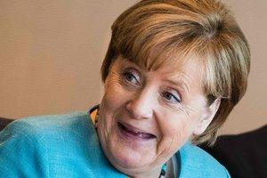 Ангела Меркель позвонила Юнкеру в неудобный момент: курьезное видео
