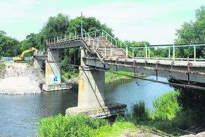 В Павлограде впервые за полвека чинят популярный пешеходный мост