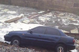В Киеве после ливня три авто ушли под землю