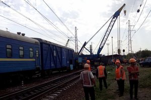 Под Днепром с рельсов сошел поезд