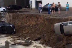 В Киеве в огромную яму провалились три машины