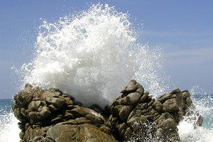 Смертельное фото: большая волна смыла туристку со скалы в Таиланде