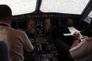 Порошенко наградил украинского летчика после посадки самолета в Стамбуле