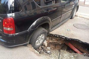 В центре Одессе две машины провалились под землю