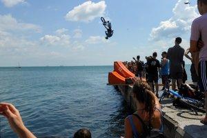 В Одессе велосипедисты прыгали в море