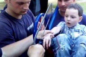 В Харькове семилетний мальчик застрял в качелях