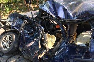 """Под Киевом грузовик уничтожил """"легковушку"""", есть пострадавший"""