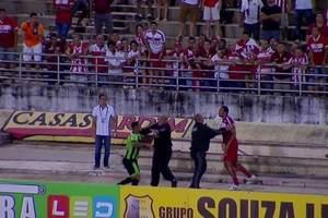 Полиция с трудом остановила драку двух футболистов во время матча в Бразилии