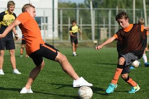 """Футболист """"Шахтера"""" провел мастер-класс для детей в Харькове"""