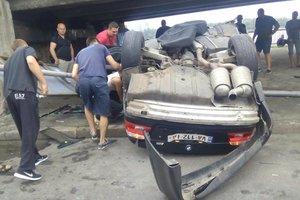 В Киеве BMW на огромной скорости вылетел с дороги и перевернулся: есть пострадавший