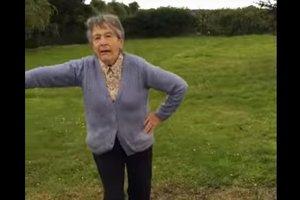 Пожилая ирландка взорвала интернет, станцевав под главный хит лета