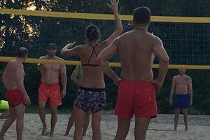 Владимир Кличко играет в волейбол на киевском пляже