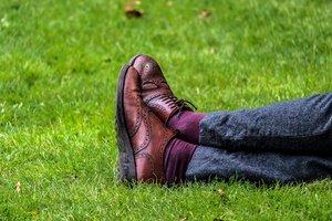 Как выбрать хорошую осеннюю обувь: на коже не остаются следы от пальца, на подошве — от клея