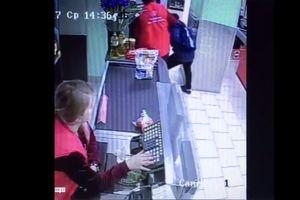 Видеошок: в российском супермаркете сотрудница избила ребенка со скейтбордом