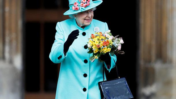 Стало известно, почему королева Елизавета II носит яркие наряды