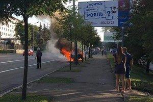 В Киеве дотла сгорел автомобиль на обочине
