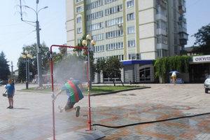Развлечения в жару: жители Ровно прохлаждаются в водяной  рамке