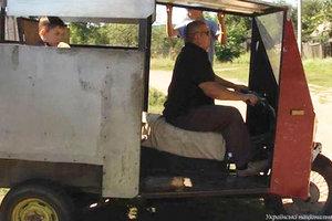 Невероятная история: в Житомирской области незрячий мужчина сконструировал трактор